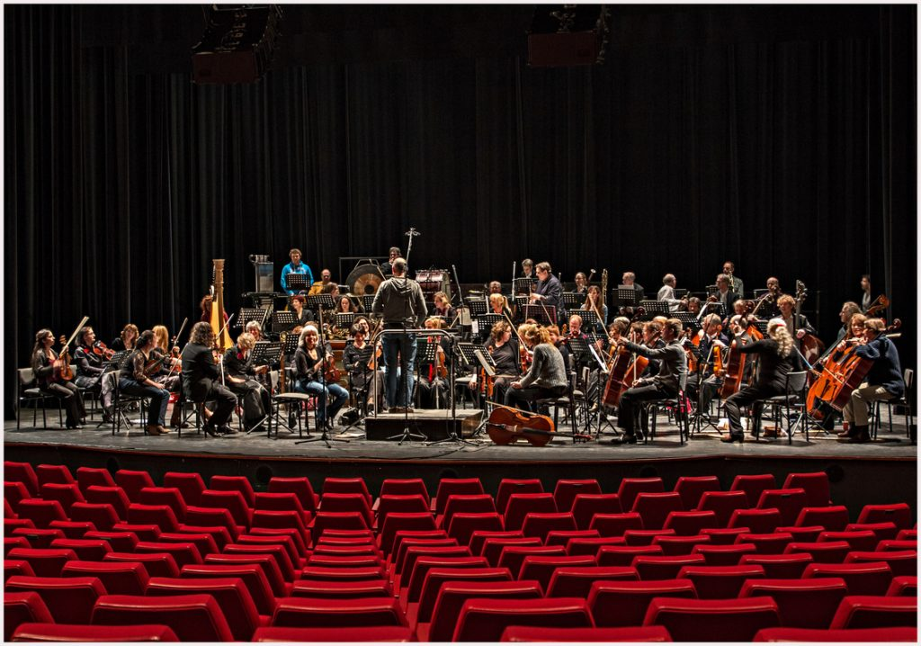 orkest oefent in theater